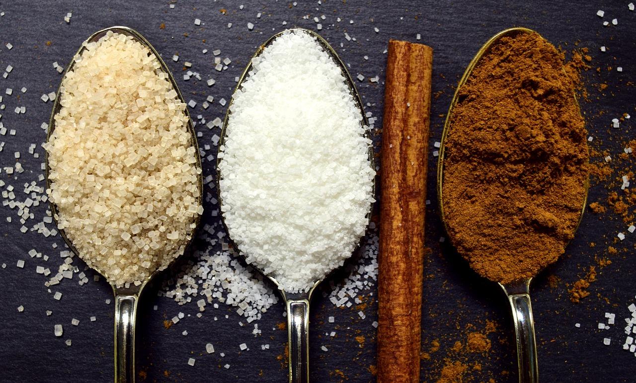 Sypki cukier i cynamon na łyżkach