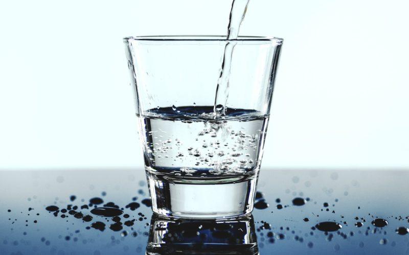Woda w szklance.