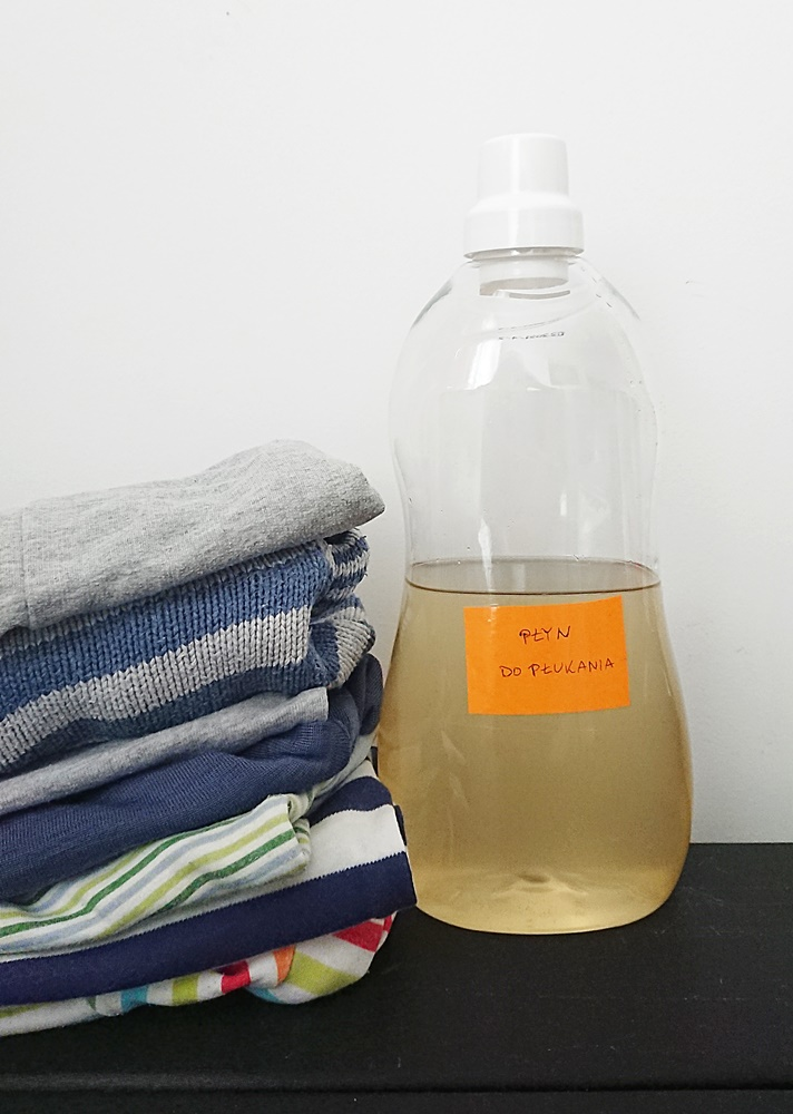 Ekologiczny płyn do płukania tkanin z octu, sody i olejku.