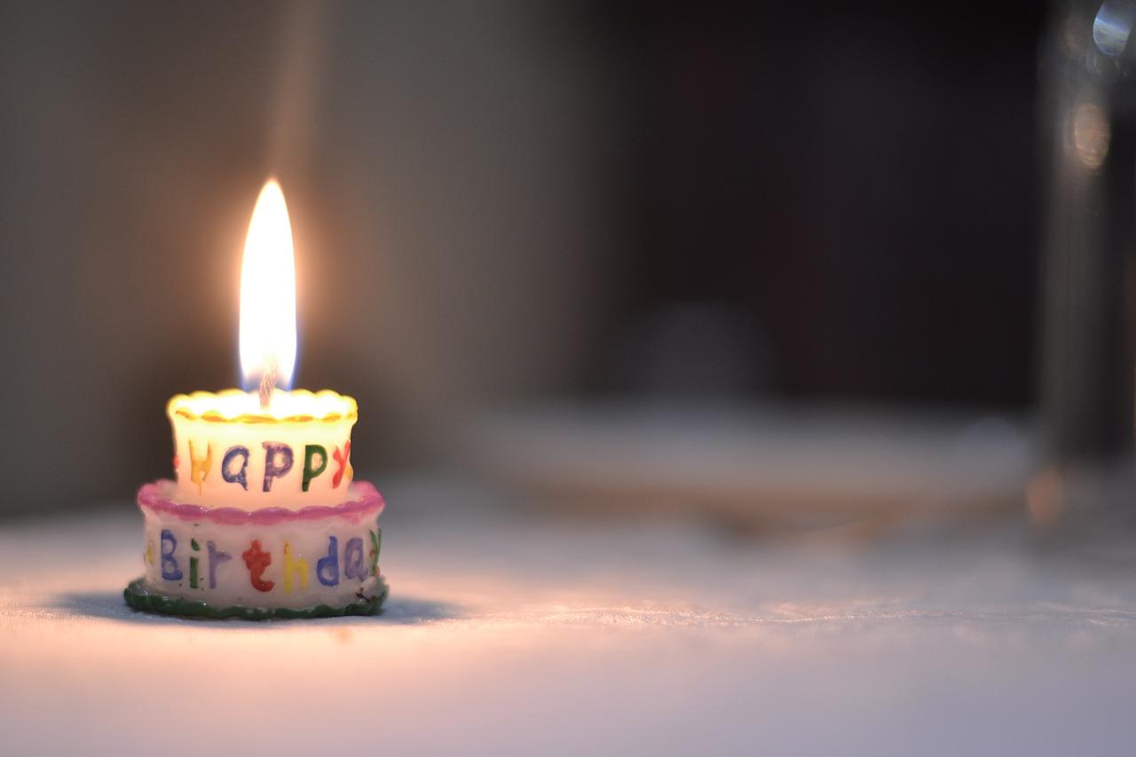 Urodziny, tort ze świeczką