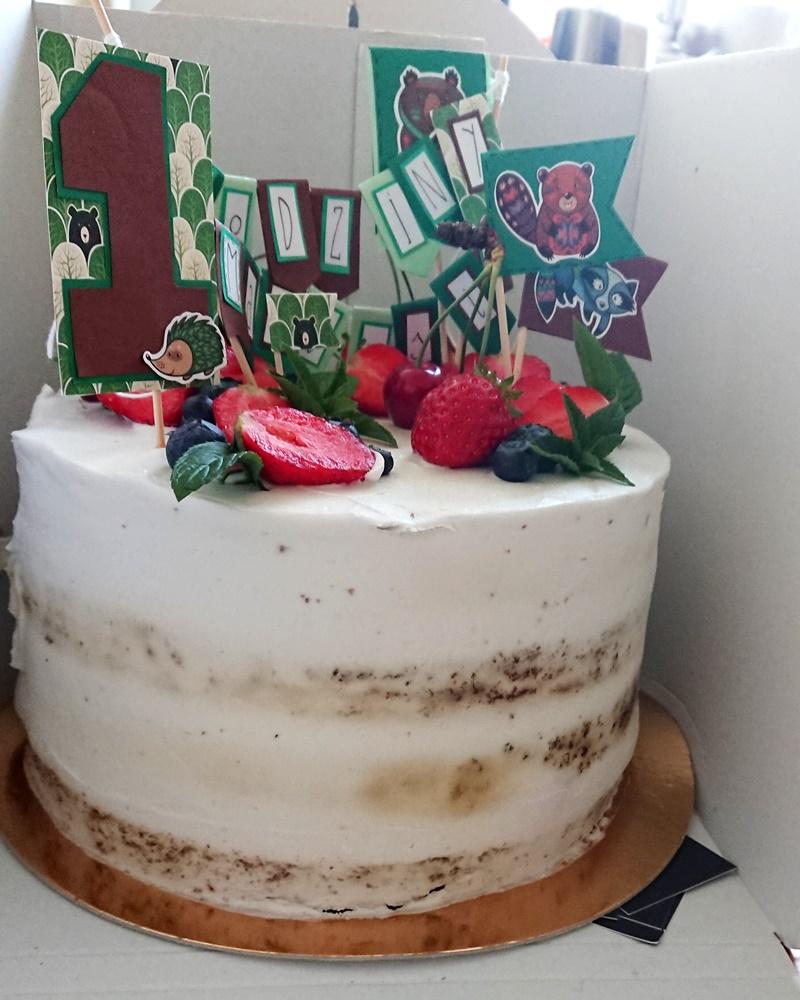Nasz tort urodzinowy dla alergika. Jest bez mleka, bez jajek i bez glutenu, przybrany owocami.